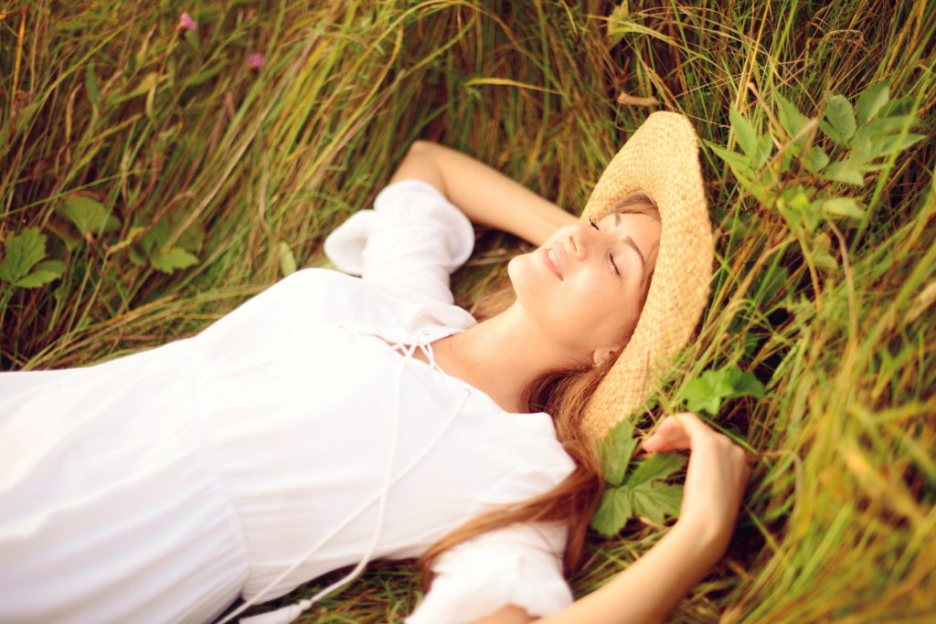 natural photo of girl laying in the grass for lifestyle photography