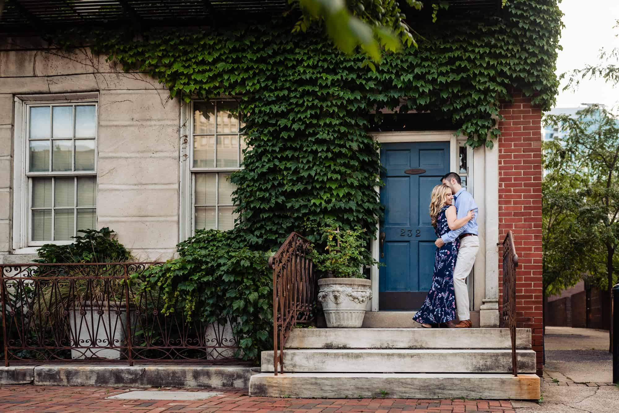 couple embracing on a stoop during their Old City Philly eshoot